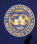 Логотип МВФ в Токио. 10 октября 2012 года. Минск в основном выполнил условия МВФ для получения кредита, сказал в четверг министр финансов Белоруссии Владимир Амарин. REUTERS/Kim Kyung-Hoon