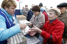 Продуктовая ярмарка в Ставрополе. 21 сентября 2014 года. Инфляция в России с 16 по 20 февраля 2016 года составила 0,2 процента, как и в предыдущие пять недель, а с начала года достигла 1,5 процента, сообщил Росстат в среду. REUTERS/Eduard Korniyenko