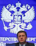 El ministro de Energía ruso, Alexander Novak, encabeza una reunión con miembros de su ministerio en Moscú, el 31 de octubre de 2014. Novak dijo el jueves que sus homólogos en los países dentro y fuera de la OPEP planean reunirse a mediados de marzo para discutir acerca de un acuerdo para congelar la producción de petróleo. REUTERS/Tatyana Makeyeva