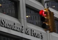 Офис Standard & Poor's в Нью-Йорке. 5 февраля 2013 года. Недавний пересмотр прогнозов цен на нефть рейтинговыми агентствами вкупе с проблемами сбалансированности бюджета РФ повышает риски как минимум возобновления негативной риторики в отношении российского суверенного рейтинга, а в худшем случае - негативных рейтинговых действий во второй половине года, что окажет дополнительное давление на цены российских активов, говорят аналитики. REUTERS/Brendan McDermid
