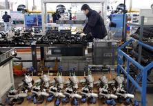 Imagen de arhivo de una trabajador en la línea de ensamblaje de una compañía de vehículos eléctricos en Pekín, ene 18, 2016. China podría alcanzar un crecimiento del PIB de entre 6,5 y 7 por ciento en 2016 si sigue adelante con reformas sobre los factores de oferta en la economía, dijo un importante asesor estatal según reportó el jueves la agencia oficial de noticias Xinhua.   REUTERS/Kim Kyung-Hoon