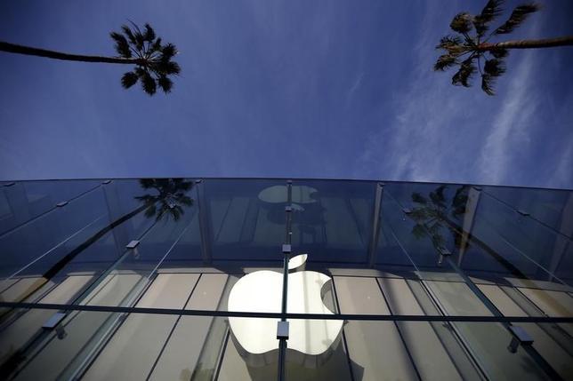 2月25日、米アップルは、銃乱射事件の容疑者が所持していた携帯電話のロック解除をめぐり同社に対する裁判所命令を取り消すよう求める申し立てを行った。カリフォルニア州のアップルストアで23日撮影(2016年 ロイター/Lucy Nicholson)