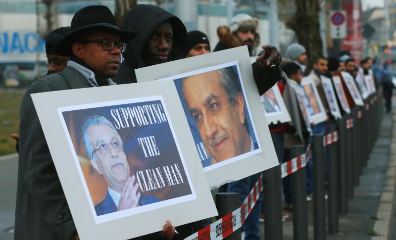 亲萨尔曼的支持者在国际足联大会上向代表们致意