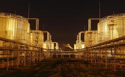 Вид на хранилища нефти на заводе РД КМГ в Кызылординской области 21 января 2016 года. Цены на нефть снижаются, так как инвесторы не уверены, что производители нефти договорятся о совместных действиях. REUTERS/Shamil Zhumatov
