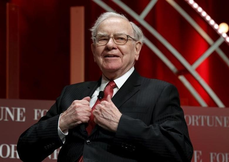 Warren Buffett, chairman and CEO of Berkshire Hathaway, takes his seat to speak at the Fortune's Most Powerful Women's Summit in Washington October 13, 2015.  REUTERS/Kevin Lamarque