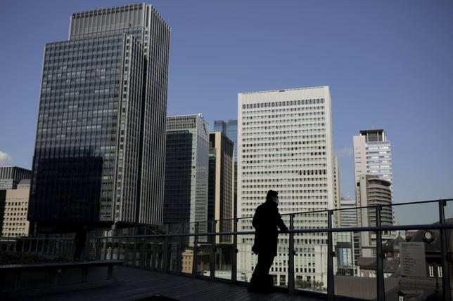2月26日、ふくおかフィナンシャルグループ(FG)と十八銀行の経営統合に対し、金融庁内では評価する声が上がっていることが分かった。写真は2月16日、東京のビジネス街で(2016年 ロイター/Thomas Peter)