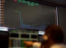 Un operador observa un  ordenador con información bursátil en la Bolsa de Valores de Sao Paulo, sep 10, 2015. La bolsa brasileña avanzaba el viernes tras caer en las últimas tres sesiones, teniendo como telón de fondo un cuadro externo positivo, pero con una batería de noticias corporativas en foco.  REUTERS/Paulo Whitaker