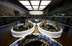 Las acciones europeas repuntaron el viernes por segundo día y alcanzaron máximos de tres semanas, tras una subida de los precios de los metales que impulsó al sector minero. En la imagen, el índice alemán DAX en la Bolsa de Fráncfort durante la sesión de tarde, en Alemania, el 23 de febrero de 2016. REUTERS/Kai Pfaffenbach