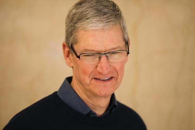 2月26日、米アップルのクックCEOは年次株主総会で、年間配当引き上げとプライバシー保護へのコミットを表明した。写真は昨年12月撮影。(2016年 ロイター/Carlo Allegri)