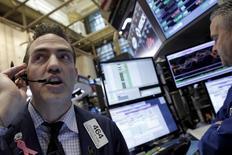 Foto de archivo de un operador en plena sesión en la Bolsa de Nueva York. Feb 17, 2016. Las acciones cerraron en baja el viernes en Wall Street, marcando un flojo final para una semana con avances, porque los interrogantes acerca del momento en que subirán las tasas de interés contrarrestaron los avances en los sectores materiales y energía. REUTERS/Brendan McDermid