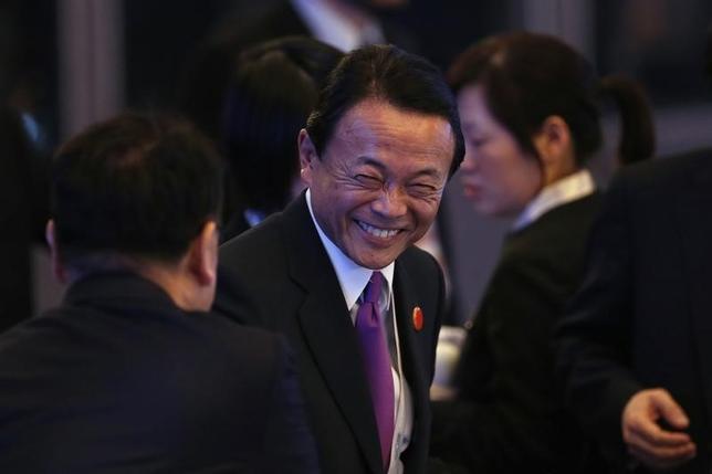 2月27日、麻生財務相は、最近の市場変動は世界経済のファンダメンタルズを反映していないとの認識で20カ国・地域(G20)財務相・中央銀行総裁会議が一致したと語った。 写真は上海G20の開会式に参加する麻生財務相。26日撮影(2016年 ロイター/Aly Song)