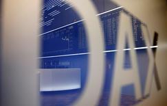 Les Bourses européennes réduisent leurs pertes lundi à mi-séance après la décision de la banque centrale chinoise de réduire à nouveau le coefficient de réserves obligatoires imposé à ses banques, une mesure destinée à relancer le crédit. À Paris, l'indice CAC 40 ne cède plus que 0,19% à 4.306,56 points vers 12h00 GMT après avoir perdu jusqu'à 1,4%. Le Dax recule de 1% à Francfort et le FTSE de 0,4% à Londres. /Photo d'archives/REUTERS/Kai Pfaffenbach