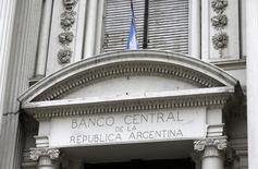 L'Argentine et les fonds spéculatifs américains qui avaient jusqu'ici refusé de participer aux restructurations de la dette du pays ont conclu un accord de principe de 4,653 milliards de dollars, qui met fin à un différend de 14 ans entre les deux parties. /Photo d'archives/REUTERS/Enrique Marcarian