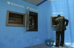 Мужчина у банкомата Barclays в Найроби. 19 февраля 2008 года. Barclays уйдет с африканского рынка в рамках плана реорганизации группы и увеличения доходов акционеров после падения годовой прибыли на 2 процента. REUTERS/Noor Khamis