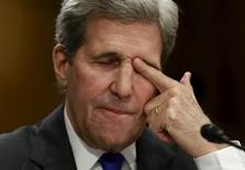 Госсекретарь США Джон Керри выступает в Комитетет Сената по иностранным делам в Вашингтоне 23 февраля 2016 года. Керри пообещал не ослаблять усилий в изучении сообщений о предполагаемых нарушениях режима прекращения огня в Сирии, но не обнаружил доказательств того, что они подрывают хрупкое перемирие. REUTERS/Yuri Gripas