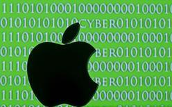 Напечатанный на 3D-принтере логотип Apple на фоне цифро-буквенного кода. 26 февраля 2016 года. США не вправе заставлять Apple Inc разблокировать iPhone в рамках дела о торговле наркотиками в Нью-Йорке, решил федеральный судья в Бруклине в понедельник, в преддверии слушаний в Конгрессе о требовании другого суда, обязавшего компанию выдать ФБР пароль к данным мобильника боевика, убитого в Калифорнии. REUTERS/Dado Ruvic/Illustration
