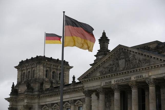 3月1日、ドイツ連邦雇用庁が発表した2月の失業者数(季節調整後)は、1万人減の272万3000人となり、ロイターがまとめた予想と一致した。失業率は6.2%と、1月に記録した東西ドイツ統一以降の最低水準を維持した。写真は2013年9月、ベルリンで(2016年 ロイター/Wolfgang Rattay)