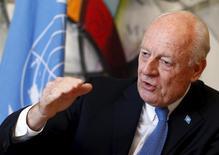 Спецпосланник ООН Стеффан де Мистура дает интервью Рейтер в Женеве 1 марта 2016 года. США и Россия должны обеспечить выполнение соглашения об остановке боевых действий в Сирии, иначе придется отложить возобновление мирных переговоров, сказал Рейтер во вторник спецпосланник ООН Стаффан де Мистура. REUTERS/Ruben Sprich
