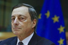 El presidente del Banco Central Europeo, Mario Draghi, dando su testimonio frente al Comité Económico y de Asuntos Financieros del Parlamento Europeo en Bruselas, feb 15, 2016. La tendencia de inflación en el área del euro se encuentra más débil de lo previsto y la revisión de política monetaria que realizará en marzo el Banco Central Europeo debe considerar los crecientes riesgos e incertidumbres, dijo el martes el presidente del BCE, Mario Draghi.   REUTERS/Yves Herman