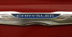 Una placa de Chrysler fotografiada en un auto en una automotora en Vienna, Virginia. 26 de abril de 2012. Los ingresos de Fiat Chrysler Automobiles en Estados Unidos subieron un 12 por ciento el mes pasado, cuando la automotriz nuevamente mostró fuertes ventas de su camioneta Jeep y su camión Ram. REUTERS/Kevin Lamarque