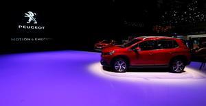 Le nouveau SUV Peugeot 2008 présenté au salon de l'automobile de Genève. PSA Peugeot Citroën a appelé mardi d'autres constructeurs automobiles à rejoindre son protocole de mesure de la consommation des voitures en condition plus réelle de circulation, mais Renault a décliné l'offre. /Photo prise le 1er mars 2016/REUTERS/Denis Balibouse