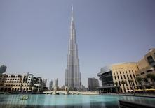 """Dubái construirá una """"ciudad de venta al por mayor"""" presupuestada en 30.000 millones de dirham, unos 8.200 millones de dólares, que se convertirá en el principal centro mundial de actividad mayorista, dijo la agencia de noticias estatal WAM. En la imagen de archivo, se ve a trabajadores a bordo de un bote en un lago artificial del Dubai Mall frente al Burj Khalifa, el edificio más alto del mundo (828 metros) en Dubái, el 24 de marzo de 2010. REUTERS/Mohammed Salem"""