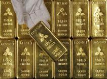 Слитки золота в центральном офисе Mitsubishi Materials Corporation в Токио. 9 января 2008 года. Цены на золото снижаются на фоне роста доллара и фондовых рынков вслед за сообщением об улучшении производственных показателей США. REUTERS/Toru Hanai