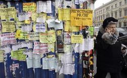 Объявления на заборе в Санкт-Петербурге. 26 февраля 2009 года. Центробанк РФ хочет запретить микрофинансовым организациям выдавать кредиты, выплаты по которым вдвое превышают размер займа, с целью снизить объем долговой нагрузки на население. REUTERS/Alexander Demianchuk