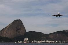 Avião sobrevoa o Rio de Janeiro ao se aproximar do aeroporto Santos Dumont. 01/07/2015 REUTERS/Sergio Moraes