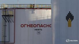 Нефтехранилища Роснефти на Самотлорском месторождении близ Нижневартовска 26 января 2016 года. Роснефть, крупнейшая по добыче нефтяная компания мира, предлагает подумать о сокращении производства в России, чтобы сбалансировать мировой рынок, однако компания ожидает естественного спада собственной добычи в этом году, сообщили Рейтер два источника в отрасли. REUTERS/Sergei Karpukhin