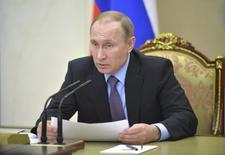 Les producteurs russes de pétrole sont d'accord pour geler leur production de brut cette année à son niveau du mois de janvier afin de soutenir le marché, selon le président Vladimir Poutine. /Photo prise le 2 mars 2016/REUTERS/Alexei Druzhinin/Sputnik/Kremlin