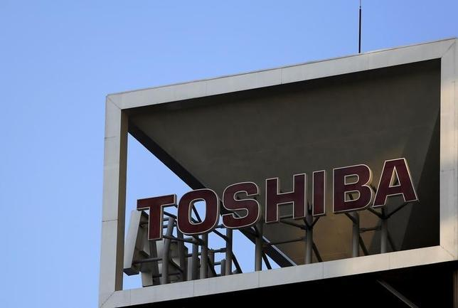 3月3日、東芝が三井住友銀行、みずほ銀行、三井住友信託銀行の主力3行に構造改革費用として2000億円規模の追加融資を要請していることがわかった。銀行側も受け入れる見通し。写真は都内で昨年11月撮影(2016年 ロイター/Yuya Shino)