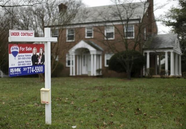 3月2日、一部で過熱している米国不動産市場で、短期の住宅転売により利ざやを稼ぐ動きが加速しており、住宅バブルの懸念が広がっていることが調査により分かった。写真は昨年12月米メリーランド州で撮影(2016年 ロイター/Gary Cameron)