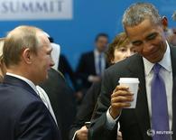 Президент России Владимир Путин (слева) и президент США Барак Обама на саммите лидеров стран G20 в Анталье 16 ноября 2015 года. Президент США Барак Обама продлил до 6 марта 2017 года действие санкций против России, введенных в 2014 году за аннексию Москвой Крыма и кровопролитный конфликт на востоке Украины, говорится в сообщении на сайте Белого дома (http://1.usa.gov/1Tqt1Tv). REUTERS/Kayhan Ozer/Pool