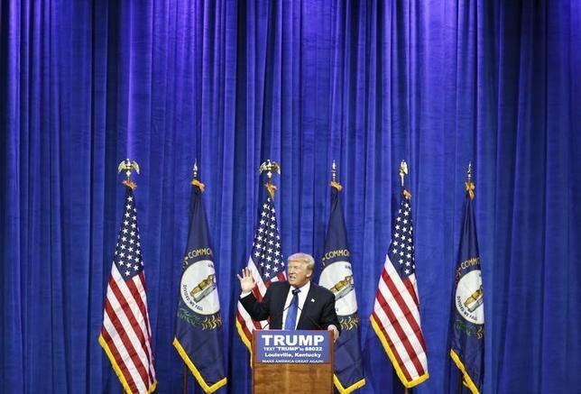 3月2日、米大統領選の共和党指名候補争いでトップを走るドナルド・トランプ氏(写真)に対し、党内の一部にその勢いを阻止しようとする動きが見られる中、トランプ氏が党指導部のポール・ライアン下院議長に接触しようとしていたことが2日明らかになった。写真はケンタッキー州で1日撮影(2016年 ロイター/Chris Bergin)