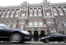 Вид на Нацбанк Украины в Киеве 18 января 2010 года. Нацбанк Украины сохранил базовую ставку рефинансирования - учетную ставку - на уровне 22,0 процента, объяснив решение внутренней политической нестабильностью и турбулентностью в мировой экономике. REUTERS/Konstantin Chernichkin