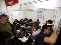 Brésiliens sans emploi lors d'une réunion à Sao Paulo. Le produit intérieur brut (PIB) du Brésil s'est contracté de 3,8% en 2015, du jamais vu depuis 1990, quand le pays était confronté à une inflation galopante et à une dette colossale. /Photo d'archives/REUTERS/Paulo Whitaker