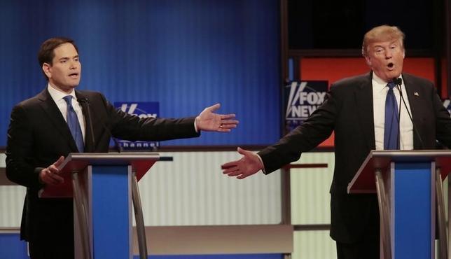 3月3日、米大統領選で共和党候補指名を目指す4人による討論会が開かれ、先頭を走る不動産王ドナルド・トランプ氏(右)に批判が集中した。写真はデトロイトで行われた同討論会の模様。左はルビオ上院議員(2016年 ロイター/Rebecca Cook)