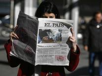 Una mujer lee el diario El País en el centro de Madrid. Antonio Caño, director jefe del diario español El País, el principal periódico del grupo Prisa, envió el viernes una carta a la redacción en la que anunció la transformación del diario en un medio primordialmente digital y no descartó el final de su versión en papel. REUTERS/Andrea Comas