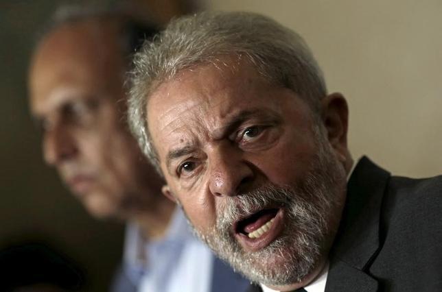 3月4日、ブラジル連邦警察は収賄と資金洗浄をめぐる捜査で、ルラ前大統領の身柄を一時拘束し事情聴取した。写真は昨年12月の会見時に撮影。(2016年 ロイター/Ricardo Moraes)