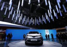 Au salon de l'automobile de Genève. PSA et Toyota ont présenté dans la ville suisse de nouveaux fourgons grâce auxquels ils espèrent séduire les familles et les chauffeurs que la mode du crossover a laissé sur leur faim. /Photo prise le 1er mars 2016/REUTERS/Denis Balibouse