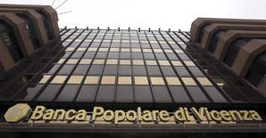 Les actionnaires du groupe italien Banca Popolare di Vicenza ont approuvé un plan de renforcement du bilan de la banque incluant une augmentation de capital dont le montant pourrait atteindre 1,75 milliard d'euros, afin d'éviter une mise sous tutelle. /Photo prise le 5 mars 2016/REUTERS/Stefano Rellandini