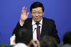 El ministro de finanzas chino Lou Jiwei saluda a los medios en una rueda de prensa en Beijing, China, 7 de marzo de 2016. El crecimiento de las ganancias fiscales de China se desacelerará en el futuro, pero el país aún tiene margen para aumentar el endeudamiento público, dijo el lunes el ministro de Finanzas, Lou Jiwei. REUTERS/Jason Lee