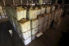 Sacos con café de exportación en Espirito Santo do Pinhal, Brasil, abr 8, 2015. La Organización Internacional del Café (OIC) dijo el lunes que la producción mundial estimada del grano será de 143,4 millones de sacos de 60 kilos en el año comercial 2015/2016 y que las existencias que tienen los países exportadores permitirán cubrir el déficit de oferta.   REUTERS/Paulo Whitaker