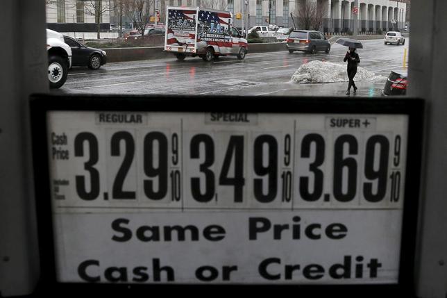 3月7日、北海ブレント先物は一時年初来の高値となる40ドルをつけた。NYのガソリンスタンド。2月撮影(2016年 ロイター/Brendan McDermid)