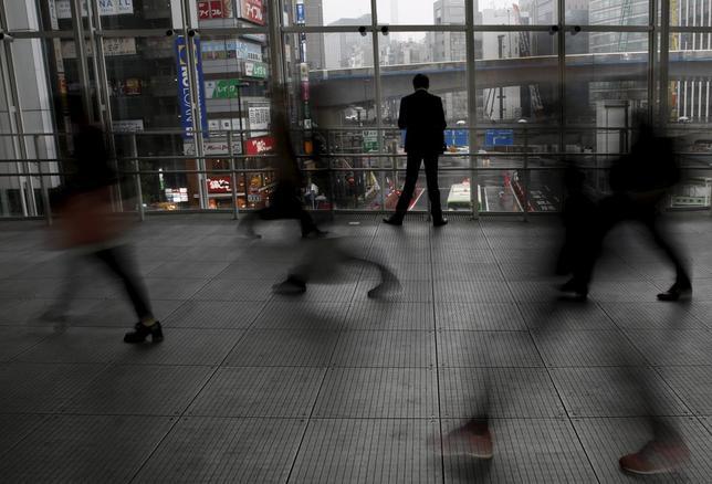 3月8日、政府が機関投資家向けに発行する物価連動国債は、今年4月から減額となる見通しだ。写真は都内で7日撮影(2016年 ロイター/Yuya Shino)