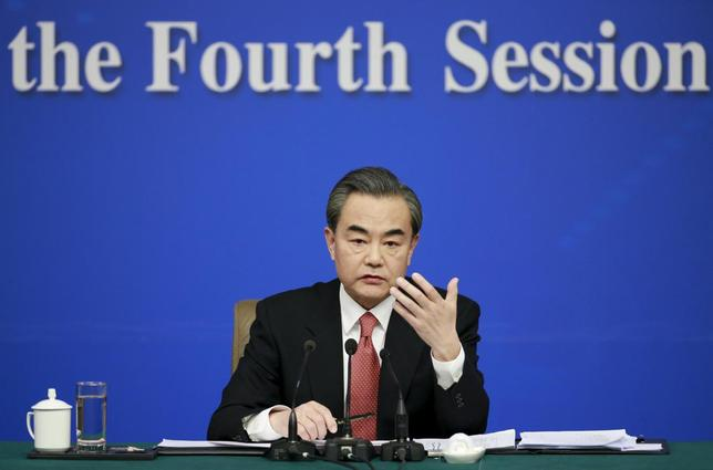 3月8日、中国の王毅外相は、北朝鮮の核プログラムを抑制するため国連安保理が制裁強化の新決議を採択したことをめぐり、北朝鮮への制裁や国際的圧力を「やみくもに信じること」は無責任だと述べた。8日提供写真(2016年 ロイター)
