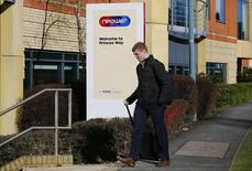 RWE a dit mardi préparer une vaste restructuration de sa filiale britannique npower, qui a accumulé les pertes au quatrième trimestre en raison de la défection de clients optant pour des prestataires meilleur marché. Selon une source, le groupe allemand de services aux collectivités prévoit de supprimer environ 2.500 postes dans sa filiale britannique. /Photo prise le 7 mars 2016/REUTERS/Darren Staples