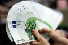 La balance des paiements courants de la France a enregistré en janvier un déficit de 1,4 milliard d'euros, après un autre déficit révisé à 0,4 milliard en décembre, selon la Banque de France. Le déficit de novembre avait été annoncé à 0,7 milliard en première estimation. /Photo d'archives/REUTERS/Pichi Chuang