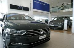 """Le scandale des émissions polluantes va infliger à Volkswagen des dégâts financiers """"importants et douloureux"""", déclare mardi le président du directoire du constructeur automobile allemand à des milliers d'employés réunis dans la principale usine du groupe à Wolfsburg. /Photo prise le 12 février 2016/REUTERS/Arnd Wiegmann"""